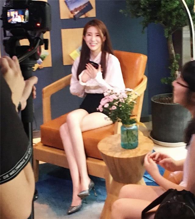 求视频美女被逼吃鸡巴_吃鸡美女解说人字拖配大长腿!网友:我不是来看吃鸡的