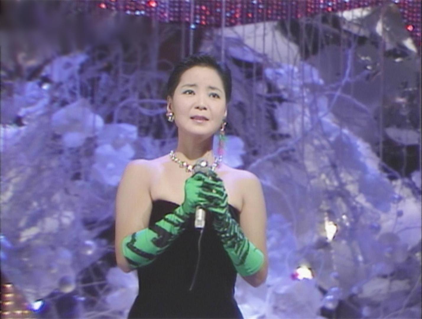 邓丽君在日本演唱会_同样是这件礼服,邓丽君还穿着上过日本作曲大赏,music fair等节目